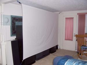 Прикрепленное изображение: diy-retractable-projector-screen-diy-projector-screen-made-with-bed-sheets-and-bungee-cord-for.jpg